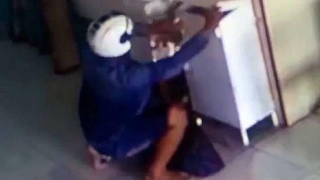 Pelaku pencurian isi kotak amal di Masjid Al-Ikhlas Padang terekam CCTV (Budi Sunanda/iNews)