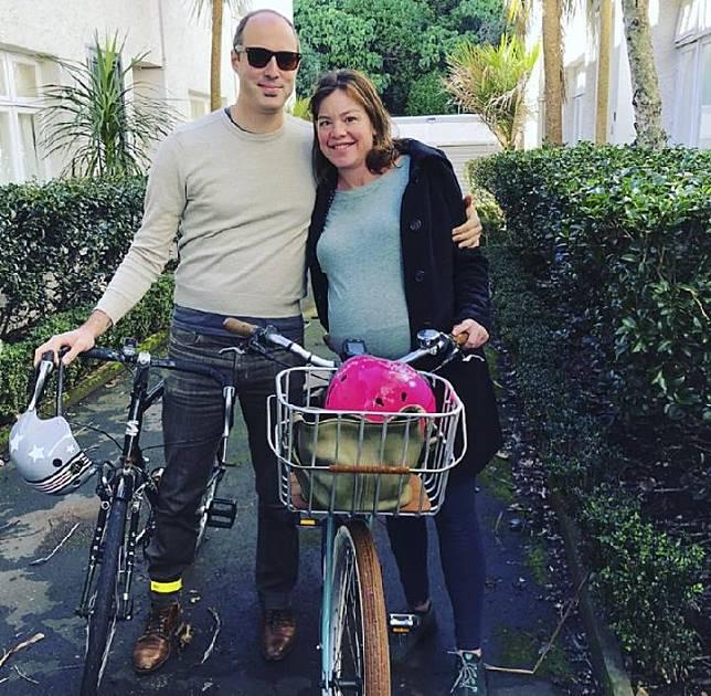 Foto 19 Agustus 2018 yang dirilis oleh Menteri Perempuan Selandia Baru Julie Anne Genter, saat berpose dengan suaminya Peter Nunns di Auckland, Selandia Baru.(Julie Anne Genter via AP)