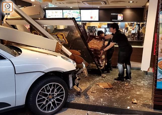 快餐店職員在店內整理貨物。(梁國雄攝)