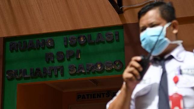 Petugas keamanan berjaga di depan ruang isolasi Rumah Sakit Penyakit Infeksi (RSPI) Sulianti Saroso, Jakarta, Senin, 27 Januari 2020. RSPI itu menyiapkan 11 kamar ruang isolasi ketat untuk mengantisipasi pasien 'suspect' virus corona. Sementara itu, Kementerian Kesehatan menunjuk sedikitnya 100 rumah sakit se-Indonesia untuk siaga terhadap penyebaran virus yang berasal dari Wuhan, China itu. ANTARA