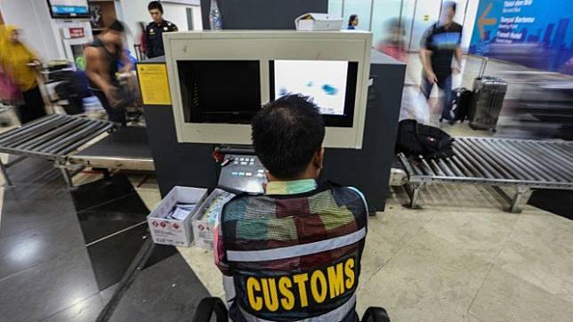 Petugas Bea Cukai Indonesia saat memeriksa barang bawaan penumpang pesawat beberapa waktu lalu.