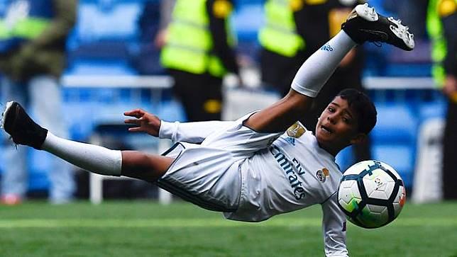 Tiru Sang Ayah, Anak Cristiano Ronaldo Pamer Tendangan Salto