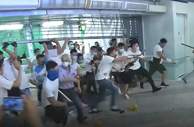 7月21日西鐵元朗站發生白衣人襲擊市民。資料圖片