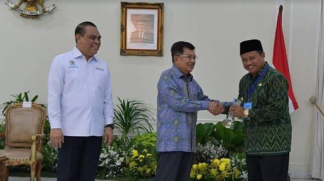 Plh. Gubernur Jabar Uu Ruzhanul Ulum saat menerima penghargaan pada ajang penghargaan Top 45 Inovasi Pelayanan Publik Tahun 2019 oleh Wakil Presiden Republik Indonesia Jusuf Kalla di Istana Wapres, Jakarta pada 15 Oktober 2019.