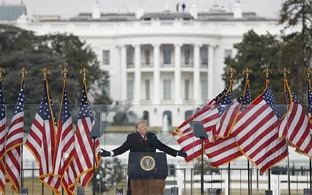 Mantan Presiden Donald Trump saat kampanye di dekat Gedung Putih, 6 Januari/EPA/Bloomberg-Shawn Thew