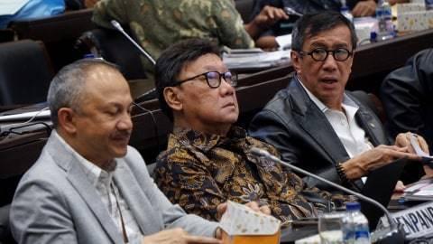 Menteri Hukum dan Hak Asasi Manusia Yasonna Laoly (kanan) dan Menteri Dalam Negeri Tjahjo Kumolo (tengah) saat penyerahan daftar inventaris masalah (DIM) ke Badan Legislasi DPR, Jakarta, Kamis (12/9). Foto: Fanny Kusumawardhani/kumparan