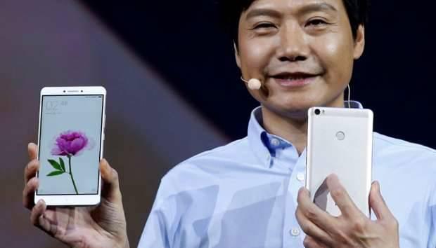 Lei Jun, pendiri dan CEO Xiaomi menunjukan model terbaru Xiaomi Mi Max saat peluncurannya di Beijing, Cina, 10 Mei 2016. Xiaomi Mi Max dilengkapi dengan layar berukuran 6,44 inci dengan resolusi Full HD (1080p). REUTERS/Kim Kyung-Hoon