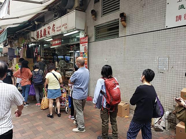雜貨店外今日次乎排起特別長的買雞蛋人龍。