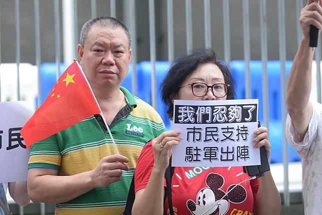 一批市民請願要求政府按基本法請求中央派解放軍制止衝突。