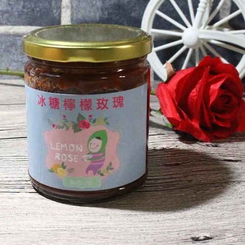* 本產品不含玻璃水瓶喔 嚴選台灣天然有機的玫瑰花瓣加上無農藥的新鮮檸檬 與冰糖一起熬煮 讓您同時擁有玫瑰花瓣的舒緩清新以及檸檬的維生素C 養顏、舒緩、靜心,給您一整天的好心情! 玫瑰花瓣富含花青素、