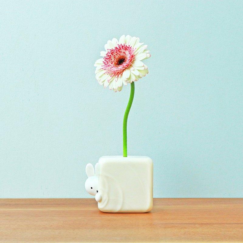 可愛。 米菲和一朵花在休閒的日常生活中。