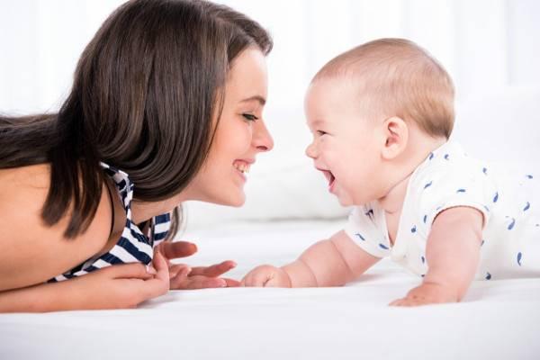 6 Cara Membuat Bayi Selalu Ceria dan Bahagia