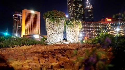 Instalasi Batu Gabion di lokasi bekas instalasi bambu Getah Getih di dekat Bundaran Hotel Indonesia, Jakarta Pusat. Foto: Irfan Adi Saputra/kumparan
