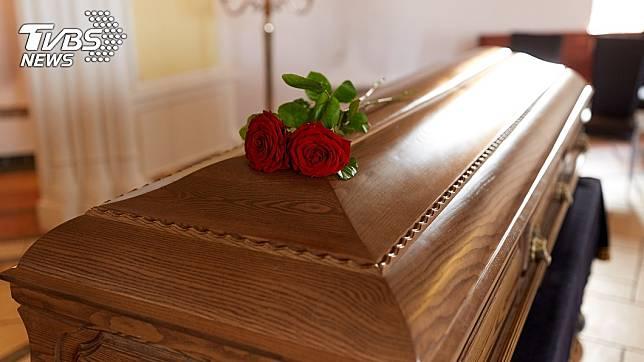 男子傻眼,父親的喪葬費已提前被「本人」領走。(示意圖/shutterstock達志影像)