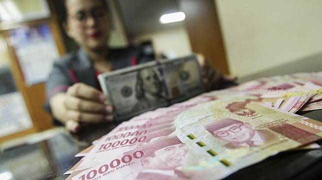 Suasana gerai penukaran uang di Jakarta.