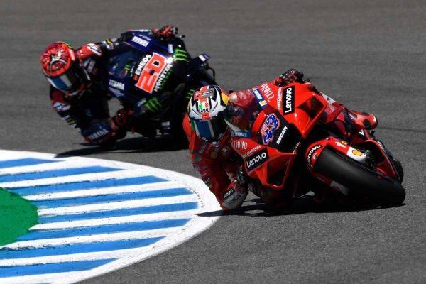 Pembalap Ducati Jack Miller (depan) dan pembalap Monster Energy Yamaha, Fabio Quartararo saat beraksi di MotoGP Spanyol, Minggu (2/5).