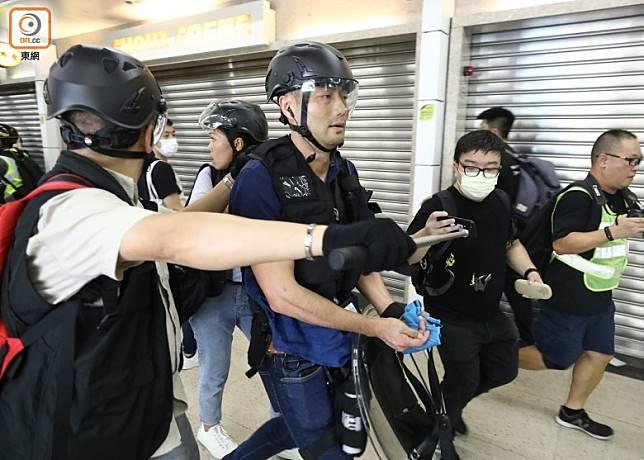 斷指警員當日由同袍護送離開。