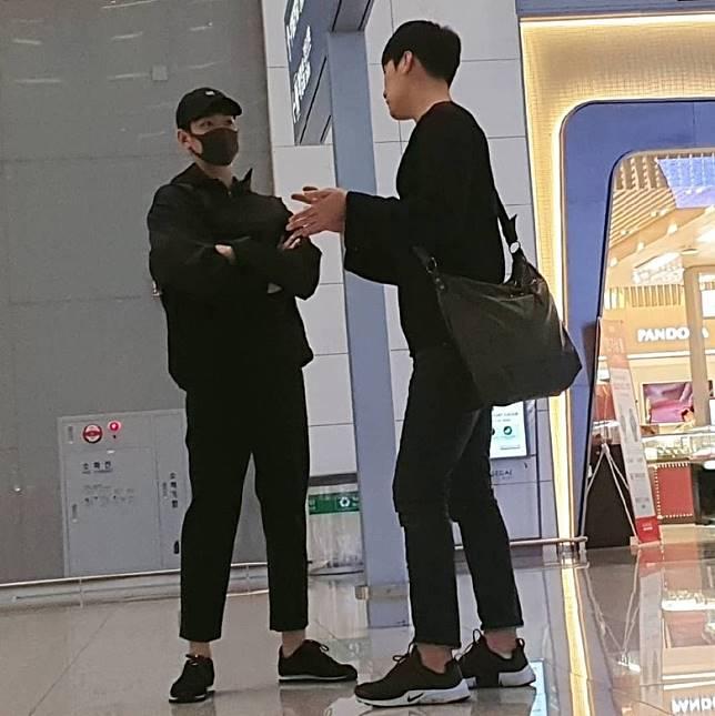 金秀賢(左)昨晚以全黑打扮出發赴上海。