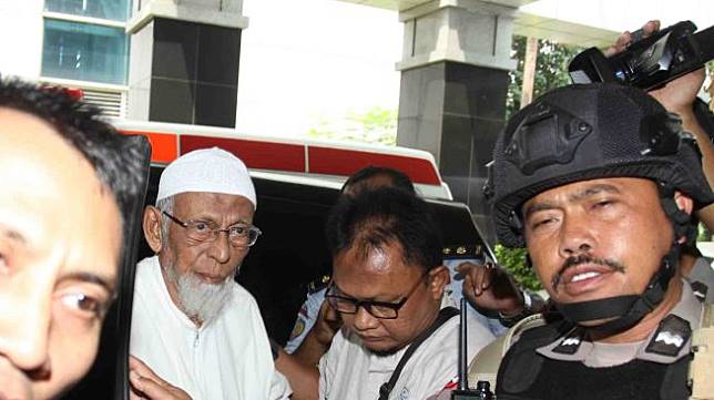 Terpidana kasus terorisme, Abu Bakar Baasyir dengan pengawalan petugas saat tiba untuk menjalani pemeriksaan kesehatan di RSCM Kencana, Jakarta, Kamis (1/3).