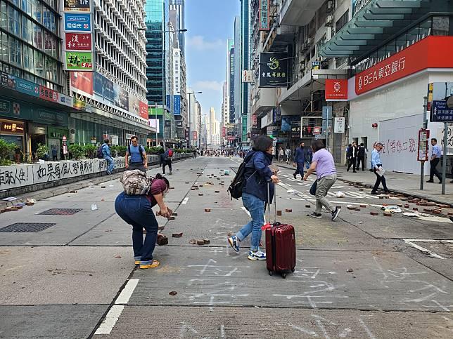 警方呼籲市民儘量避免在危險地方自行清理路障,以免被施襲。
