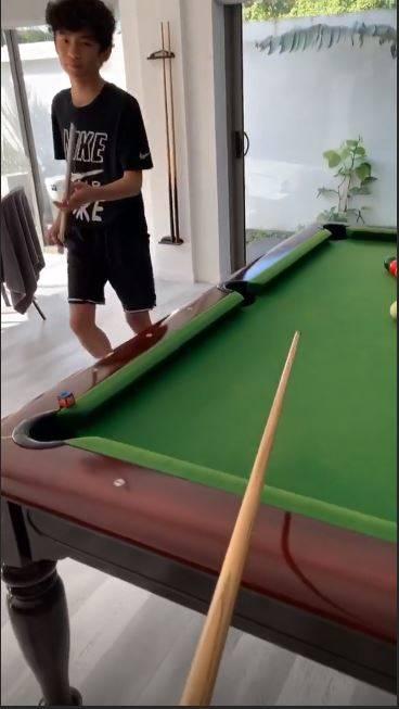 大仔Lucas同媽咪玩桌球。