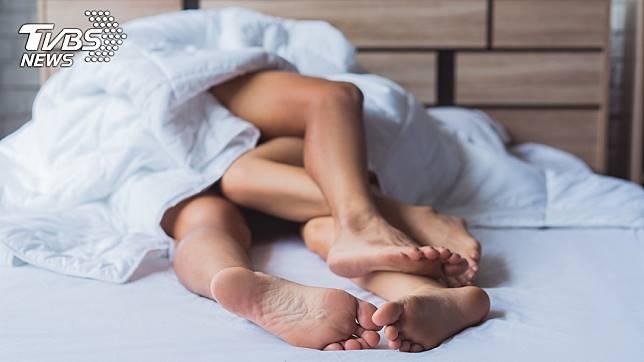 女子疑似因男友「晚上太猛」,導致椎間盤位移。示意圖/TVBS