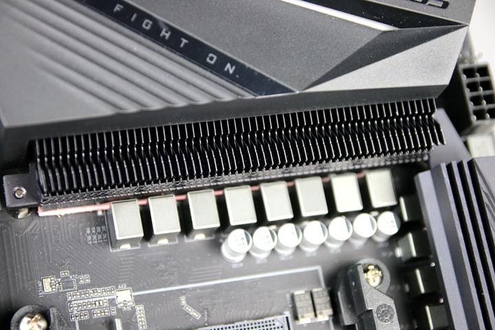 有些講究散熱設計用料的主機板,如技嘉科技B550 AORUS PRO AC主機板,會採用增加散熱面積的Fins-Array散熱鰭片,以及導熱更迅速的直觸式熱導管,來強化主機板的散熱效果。
