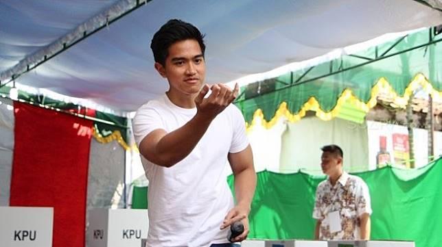 Putra bungsu Joko Widodo, Kaesang Pangerep memberikan suara Pemilu 2019 di TPS 38 Manahan Kota Solo, Rabu (17/4/2019). [Suara.com/M Alfi Makhsun]