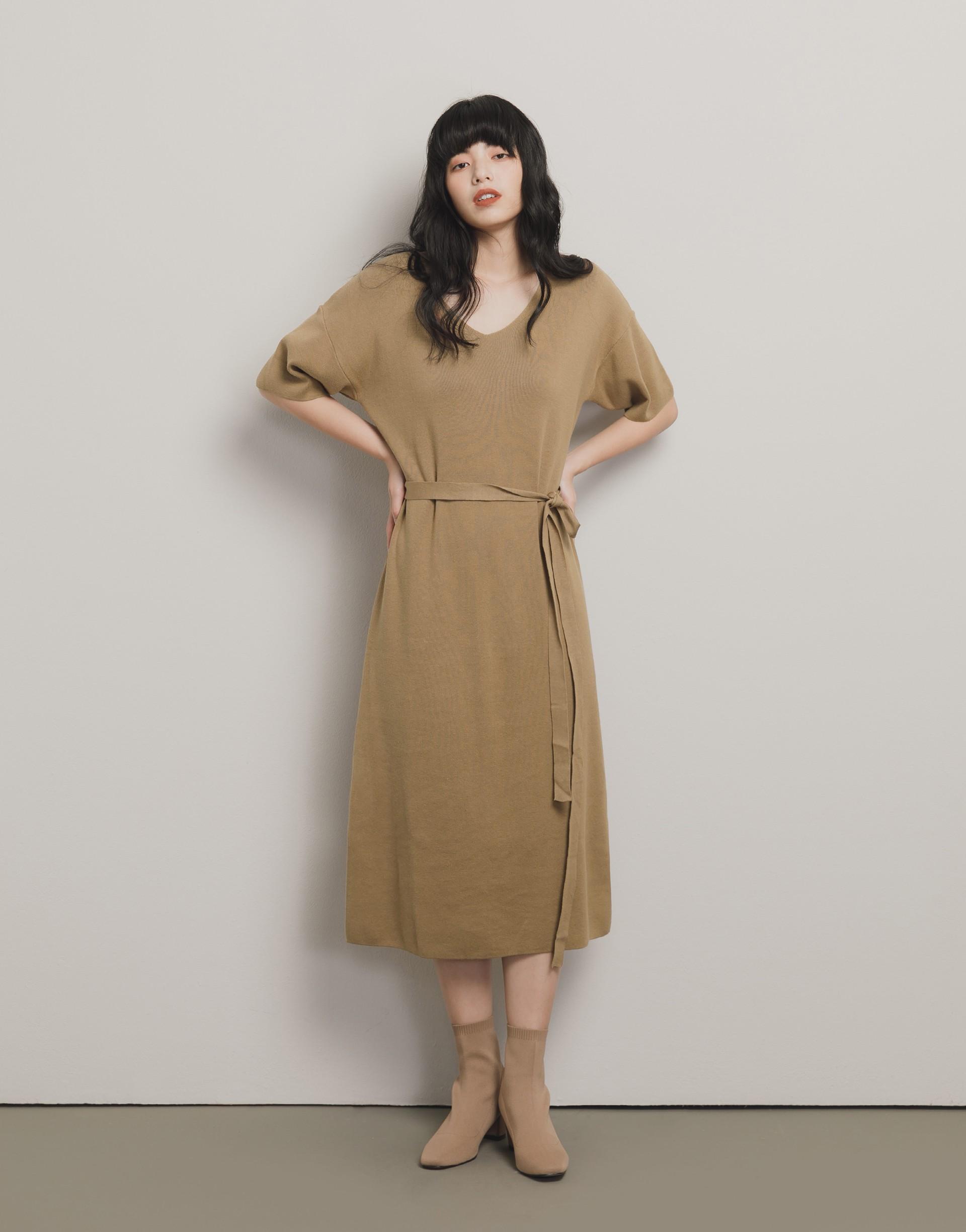 彈性:微彈 舒適親膚的針織棉面料、落肩隨興寬鬆設計、附綁帶、側開岔