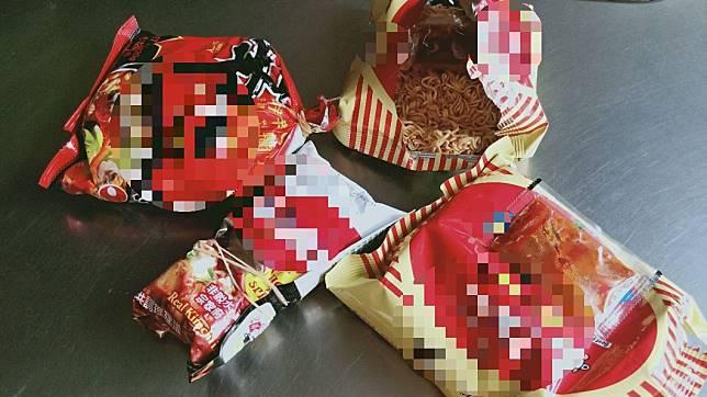 網友發現家中的泡麵都被打開過。圖/翻攝自「爆廢公社公開版」