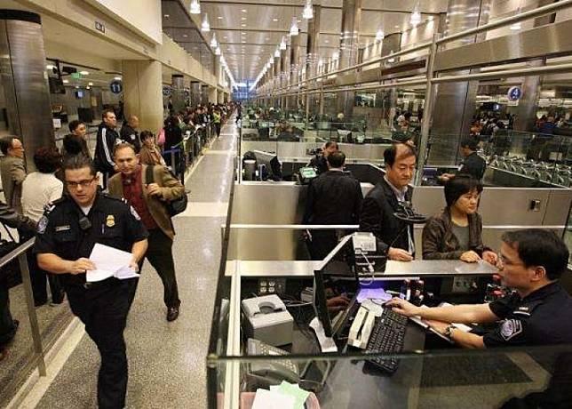 美國洛杉磯國際機場會對來自武漢的旅客量度體溫及詢問症狀。