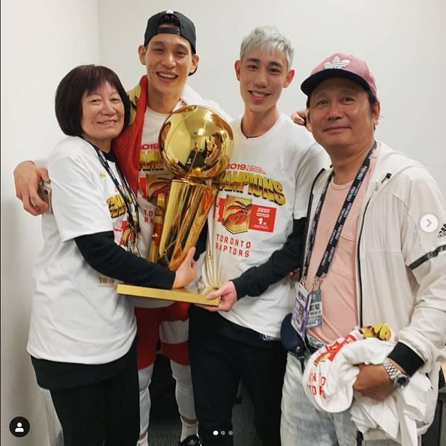 ▲NBA球星林書豪和全家人分享奪冠喜悅。(圖/取自林書豪Instagram)