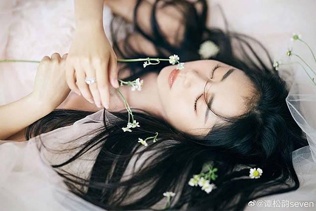 譚松韻標誌童顏妝感打造 粉嫩唇色超顯嫩 |美周報