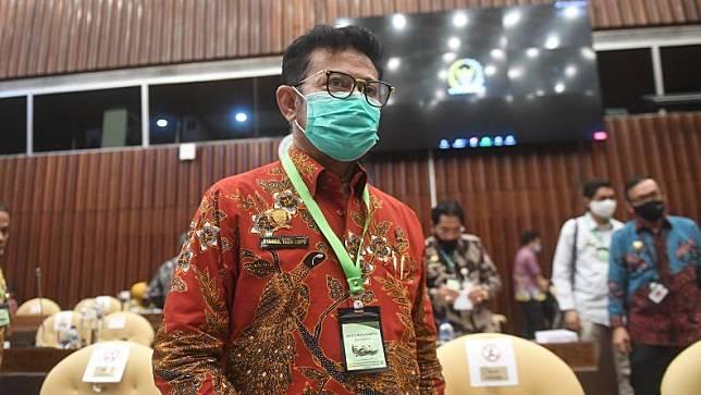 Menteri Pertanian, Syahrul Yasin Limpo mengenakan kalung anti corona saat rapat dengan Komisi IV DPR di Kompleks Parlemen, Jakarta, Selasa (7/7/2020). (Foto: Ant)