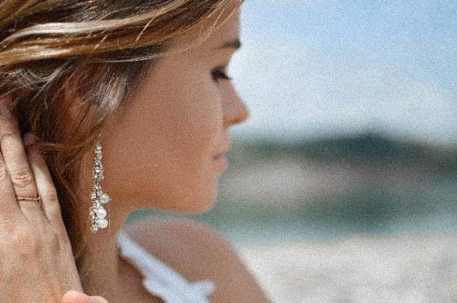 Ilustrasi wanita mengenaka anting. Unsplash.com/Tamara Bellis