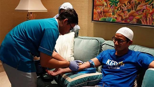 Sandiaga Uno saat menjalani pemeriksaan darah dan urine oleh tim dokter di kediamannya di kawasan Kebayoran Baru, Jakarta Selatan, Sabtu, 20 April 2019. Foto: Istimewa
