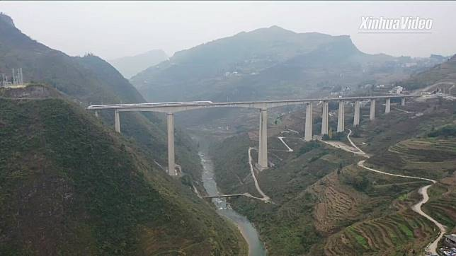 สะพาน 'เซียงป้าเหอ' ดาวเด่นทางรถไฟความเร็วสูงเฉิงตู-กุ้ยหยาง