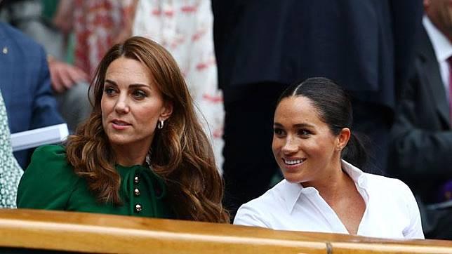 Duchess of Cambridge Kate Middleton dan Duchess of Sussex Meghan Markle berbincang saat menyaksikan laga final tunggal putri turnamen Wimbledon di London, Inggris, 13 Juli 2019. Laurence Griffiths/Pool via REUTERS
