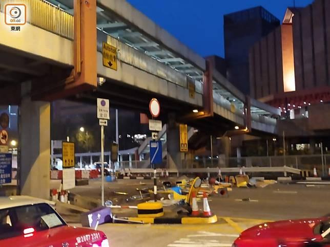 紅隧九龍入口路面有雜物阻路。(吳建明攝)