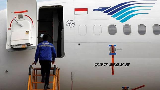 Seorang teknisi bersiap-siap melakukan pengecekan pesawat Garuda Indonesia tipe Boeing 737 Max 8 di Garuda Maintenance Facility AeroAsia di Bandara Internasional Soekarno-Hatta, Tangerang, 13 Maret 2019. Garuda Indonesia saat ini mengoperasikan satu unit Boeing 737 Max 8 untuk rute Jakarta - Hong Kong, Jakarta - Singapura, dan Jakarta - Surabaya. REUTERS/Willy Kurniawan