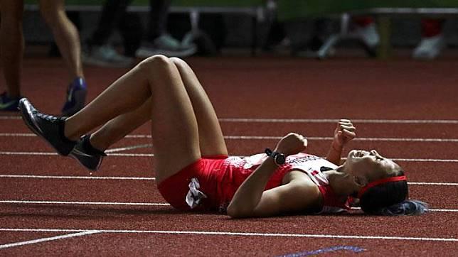 Pelari Emilia Nova meluapkan kebahagiaannya setelah menjuarai lari gawang 100 meter putri SEA Games 2019 di Stadion Atletik, Clark, Filipina, Senin, 9 Desember 2019. REUTERS/Athit Perawongmetha