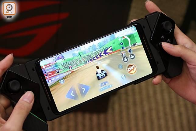ROG Gamepad遊戲手掣,在手機兩邊加裝搖桿及實體按鍵,操作更得心應手。(張錦昌攝)