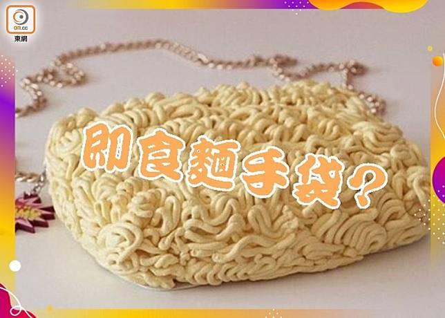 韓國網上平台推出的「即食麵袋」,模樣百分百還原韓國拉麵的「麵餅」。(互聯網)
