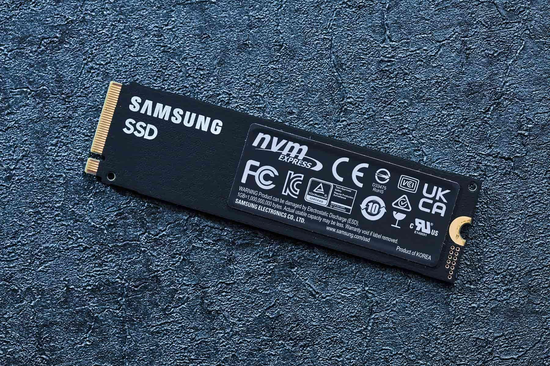 產品背面標示斗大清晰的 Samsung SSD 字樣並配上一張帶銅散熱片的安規標示貼紙。