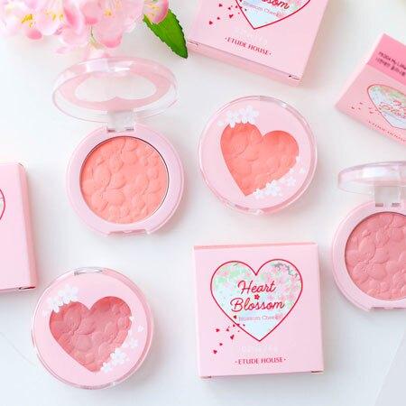 讓櫻花綻放在雙頰,打造粉嫩氣色的腮紅餅,質地細緻完美暈染雙頰。