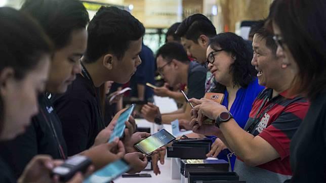 Telepon - smartphone - mobile phone - hp - gadget - internet - generasi milenial.