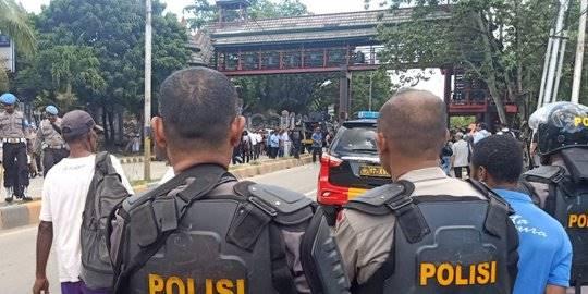 Aparat Buka Blokade Jalan Abepura-Padang Bulan Papua