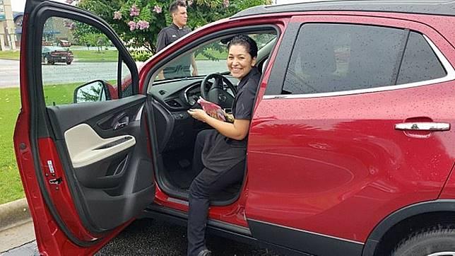 一名餐廳女服務生獲得常客贈送的新車當小費,讓她又驚又喜。(圖/翻攝自推特)