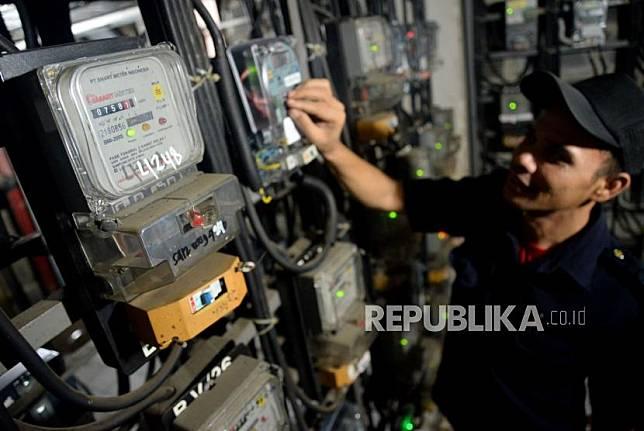 Petugas memeriksa meteran listrik di rumah warga. (Ilustrasi).