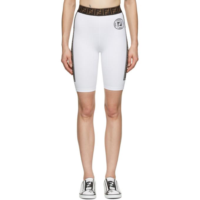 白色短裤,采用尼龙弹性平纹针织面料。弹性裤腰饰有棕色提花徽标图案,正面黑色徽标印花,外缝 PVC 饰边饰有棕色和黑色徽标图案印花。供应商配色:White